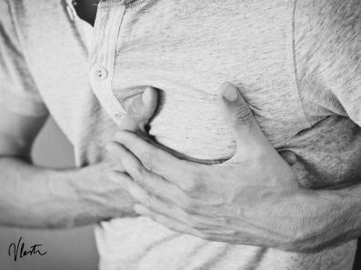stiskanje v prsih